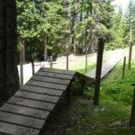 Immer wieder sind Holzrampen und Brücken zu überqueren