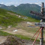 Abzweigung zum Bergstadltrail rechts, links geht es weiter am Hacklberg Trail