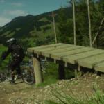 Step-Down auf der X-Line mit Biker im Hintergrund