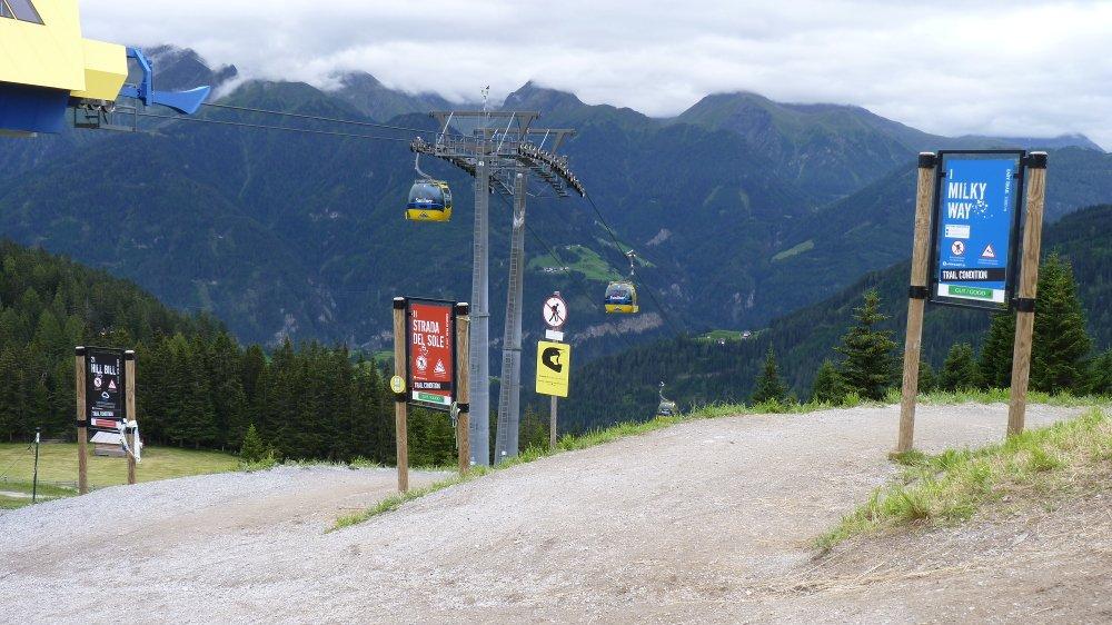 Start von Milky Way (blau), Strada Del Sole (rot) und Hill Bill (schwarz) bei der Waldbahn Bergstation