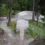 Holzwelle mit Drop und anschließendem Wallride