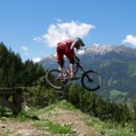 Biker auf Drop am EinsEinser Trail Neustift