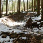 Kurven am roten Trail im Bikepark Lipno