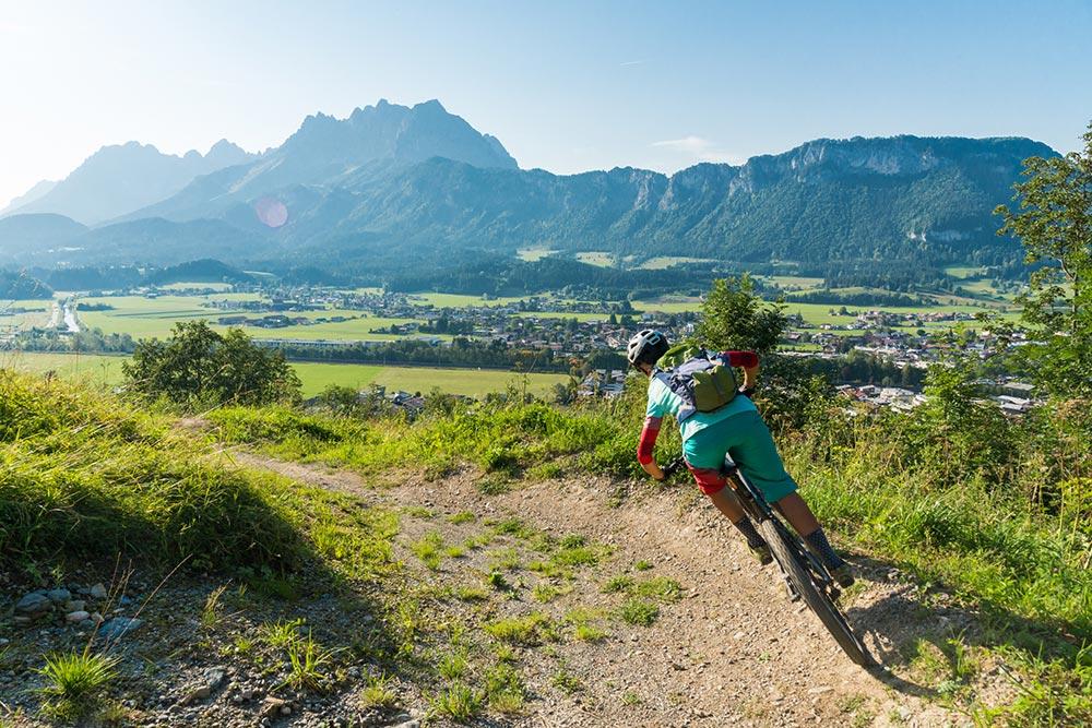 Biker am Singletrail Harschbichl mit Panorama