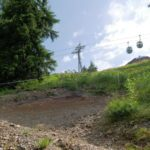 Hardrock Trail mit Gondel Flying Mozart im Hintergrund