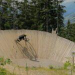 Biker auf großem Wallride im Bikepark Wagrain