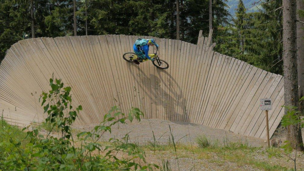 Biker auf Wallride im Bikepark Wagrain