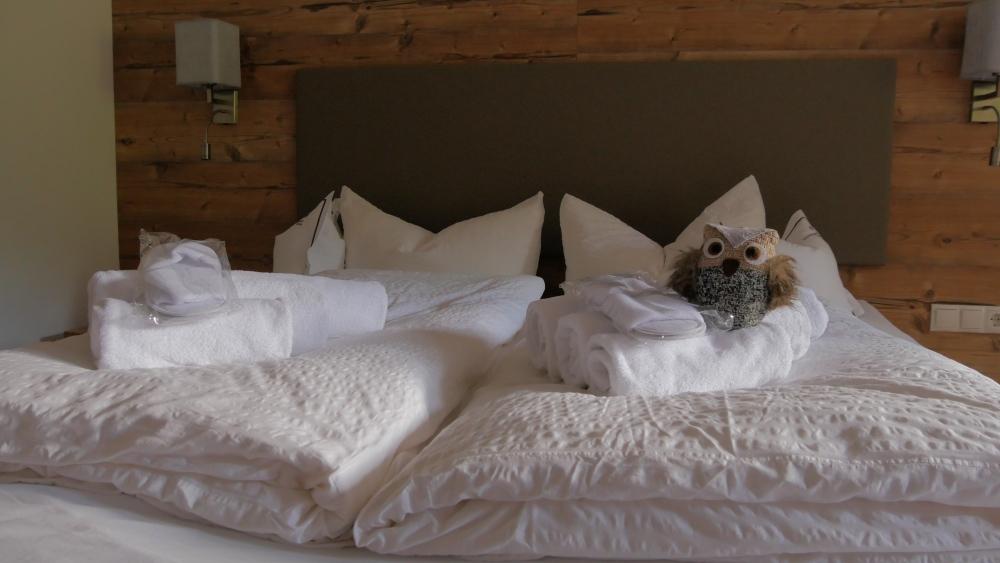Eduard macht es sich im Bett im Grünwald Resort Sölden gemütlich